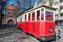 Ein rot-weiß lackierter Straßenbahnwagen in Stolp (Słupsk) Pommern