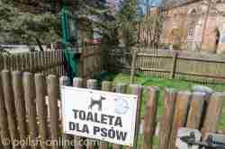 Öffentliche Hundetoilette neben dem Rathaus von Darłowo