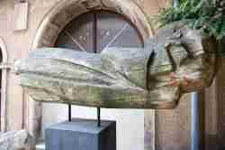 Skulptur hinter der St. Jakobuskirche in Neisse (Nysa)