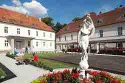 Skulptur im Innenhof der Bischofskurie in Neisse (Nysa)