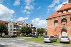 Neubauten auf dem Markt von Mehlsack (Pieniężno)
