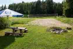 Sonnenschirm und Volleyballplatz in Jakobsdorf (Jakubowo)