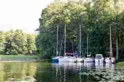 Segelboote am Ufer des Mauersees (Jezioro Mamry)
