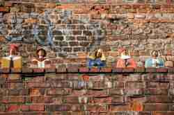 Holzfiguren auf einem Vorsprung der Thorner Stadtmauer