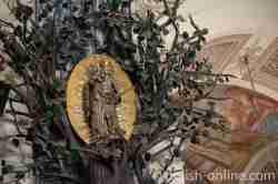 Lindenbaum mit künstlicher Krone in Heilige Linde im polnischen Masuren