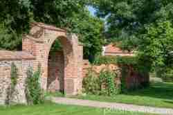 Torbogen im Schlosspark Eichmedien (Nakomiady)