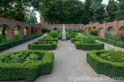 Symmetrisch angelegter Garten in Eichmedien (Nakomiady)