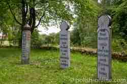Drei hölzerne Grabstelen im Freilichtmuseum Hohenstein