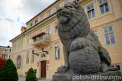 Statue eines Löwens vor dem Rathaus in Hohenstein (Olsztynek)