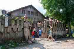 Holzkrieger vor dem Restaurant in Galindia in Masuren Ermland und Masuren