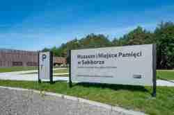 """Tafel am Eingang der Gedenkstätte Sobibór mit der Aufschrift """"Museum und Platz des Gedenkens, deutsches nationalsozialistisches Vernichtungslager (1942-1943)"""""""