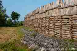 Schutzwall der rekonstruierten Lausitzer Niederburg in Biskupin