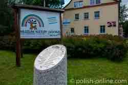 Rasenfläche in Angerburg (Węgorzewo), auf dem bis 1945 das Gebäude einer Taubstummenschule stand