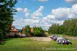 Parkplatz und Schleusenwärterhaus am Masurischen Kanal bei Fürstenau (Leśniewo)