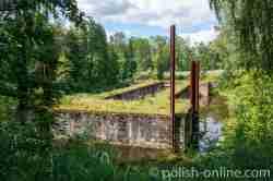 Die mit Wasser vollgelaufene Unterschleuse bei Fürstenau (Leśniewo)