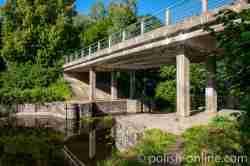 Brücke, die in der Nähe des Mauersees in Masuren über den Masurischen Kanal führt