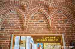 Gotische Bögen in der Turmhalle der Kirche Maria Himmelfahrt in Gallingen (Galiny)