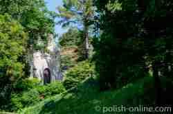 Eingewachsenes Gebäude neben der Toreinfahrt zum Schloss in Gallingen