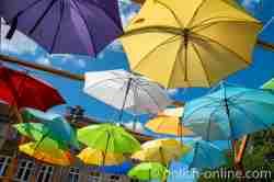 Bunte Regenschirme in der Innenstadt von Wormditt (Orneta) im Ermland