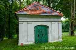 Grabkapelle neben der Pfarrkirche in Reichenau (Rychnowo)