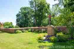Gedenkstein neben der griechisch-katholischen Kirche in Landsberg i. Ostpreußen (Górowo Iławeckie)
