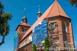 Eingerüstete Johanniskirche in Bartenstein (Bartoszyce) in Polen