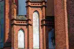 Fassadenelemente an der Fassade der Pfarrkirche St. Peter und Paul in Mehlsack (Pieniężno)