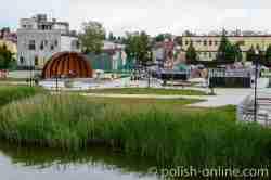 Park mit Spielplatz, Skatepark und Bühne am Ufer des Kurniker Sees