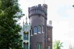 Eckturm des neogotischen Schlosses in Kurnik (Kórnik)
