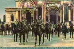 Ansichtskarte: Prinz Leopold von Bayern mit anderen Soldaten vor der russischen Kathedrale in Warschau.
