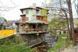 Haus in Schreiberhau (Szklarska Poręba), das zum Teil über dem Fluß Kamienna (Großer Zacken) schwebt.