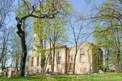 Ruinen der einstigen evangelischen Kirche in Arnsdorf (Miłków) im Riesengebirge