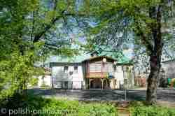 Haus mit einer Holzveranda in Arnsdorf (Miłków)