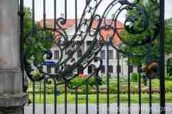 Blick durch das Einfahrtstor auf das Palais Kozłówka