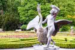 Statue Junge mit Schwan in Wilanów in Warschau