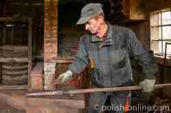 Schmied bei der Arbeit im Freilichtmuseum Sanok