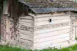 Altes aus Holz errichtetes Wirtschaftsgebäude in Zalipie