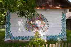 Kunstvolle Blumenmalerei an einem Holzhaus in Zalipie