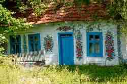 Blumenmotive an einem Haus in Zalipie in Kleinpolen