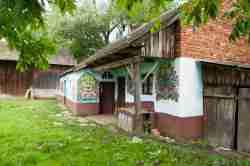 Bauernhaus in Zalipie mit Blumenmalerei an den Außenwänden