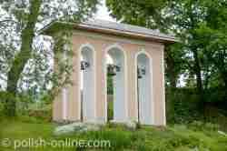Glockenturm im Torbogen in Ustrzyki Dolne
