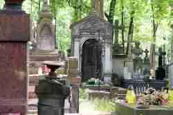 Grabsteine auf dem Powązki-Friedhof in Warschau