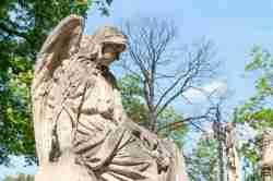 Grabstein mit Engel auf Powązki-Friedhof in Warschau