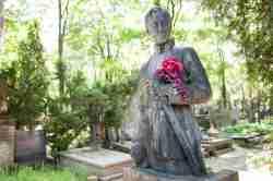 Soldatenskulptur mit Blumen auf dem Powązki-Friedhof in Warschau
