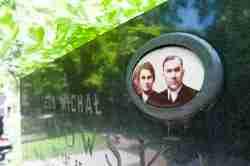 Foto von einem Ehepaar auf dem Powązki-Friedhof In Warschau