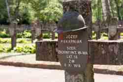 Soldatengrab auf dem Powązki-Friedhof in Warschau