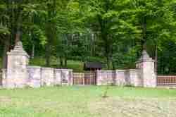 Eingang zum Kriegerfriedhof Nr. 123 in Łużna-Pustki