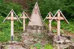 Gräber von Artilleristen auf dem Kriegerfriedhof Nr. 123 in Łużna-Pustki