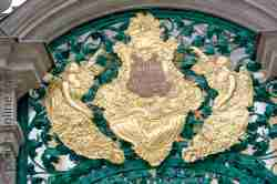 Goldenes Schild am Eingangstor Heiligelinde