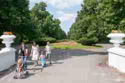Spatziergänger im Stadtpark von Zamość